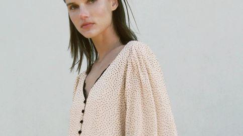 Reconcíliate con los lunares con este vestido corto de Zara
