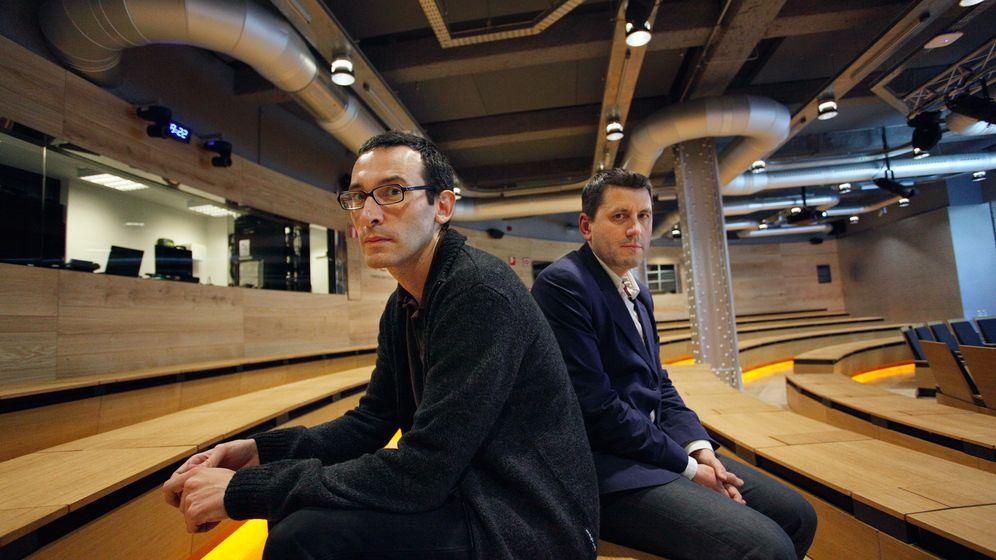 Foto: César Rendueles y Frédéric Martel, en el auditorio de Fundación Telefónica. (Enrique Villarino)