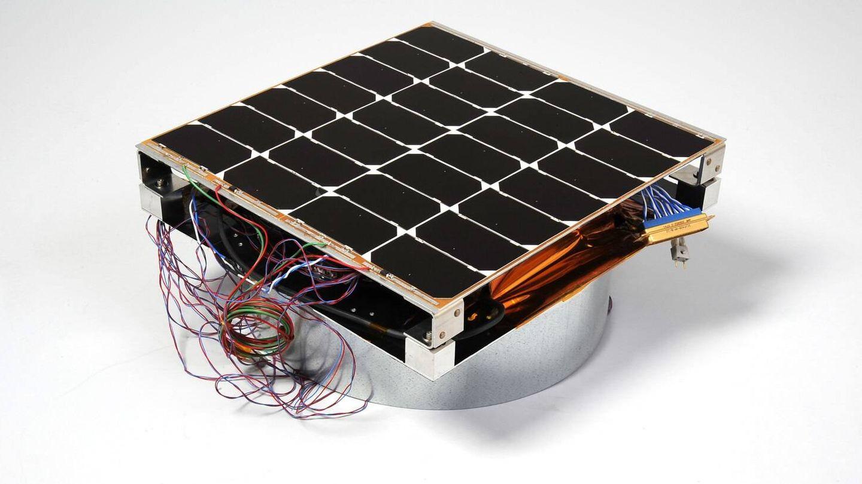 La placa solar de 30x30 centímetros. (US NAVY)