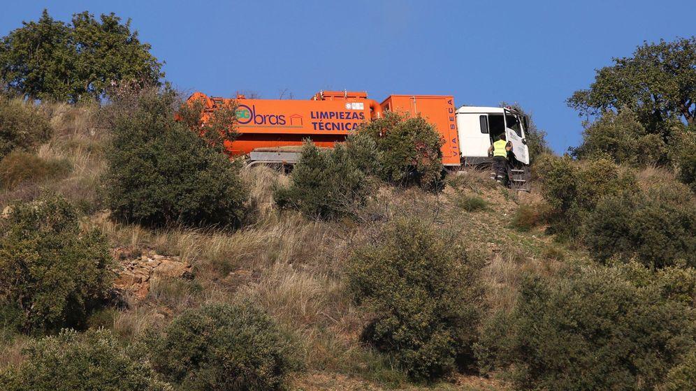 Foto: Continúan la búsqueda del niño caído en un pozo en Totalán (Málaga)