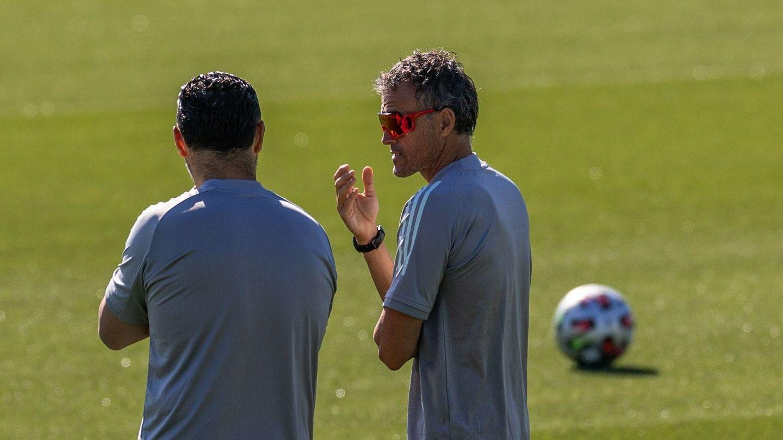 Luis Enrique dialoga con uno de sus ayudantes en el último entrenamiento. (EFE)