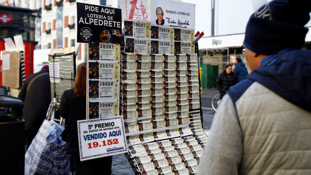 Foto: Puesto de venta de décimos de la Lotería de Navidad. (EFE)