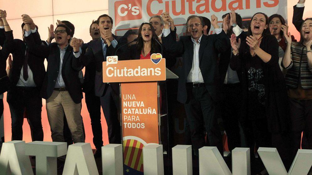 Foto: La candidata a la presidencia de la Generalitat por Ciutadans, Inés Arrimadas (c), y el líder del partido, Albert Rivera (3i), durante la rueda de prensa. (EFE)
