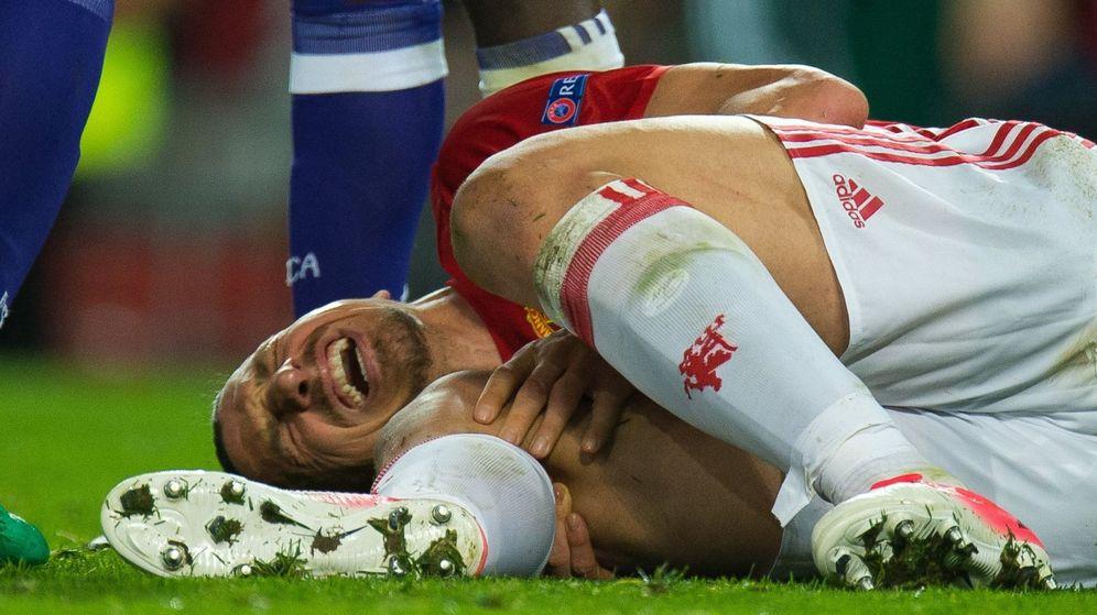 Foto: Ibrahimovic tirado en el césped cuando se lesionó. (EFE)