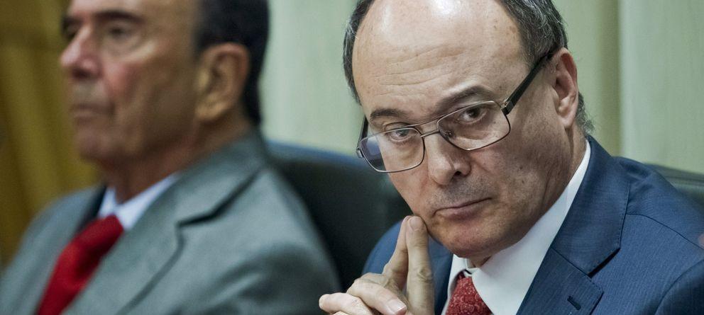 Foto: El gobernador del BdE, Luis María Linde (d) y el presidente del Banco Santander, Emilio Botín. (EFE)