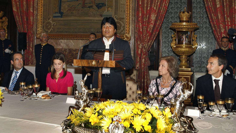 José Bono, doña Letizia, Evo Morales, la reina Sofía y Rodríguez Zapatero, en una cena de gala. (EFE)