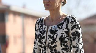 La reina Letizia, una madrina muy chic entre gritos de guapa