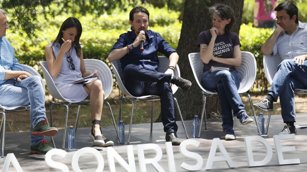 Foto: El secretario general de Podemos, Pablo Iglesias (c), durante su participación en un acto de campaña junto a concejales de los denominados ayuntamientos del cambio. (EFE)