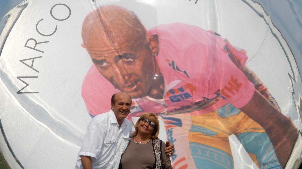 Foto: Tonina, junto a Vittorio Savini, ante un mural de Marco (Imago).