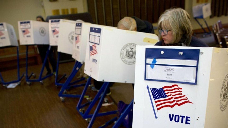 Neoyorquinos depositan su voto en el colegio electoral instalado en la Congregación Monte Sinaí (Reuters)