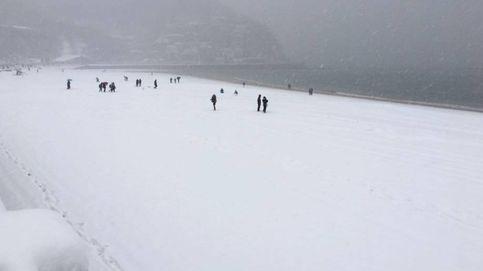 Nieva en La Concha y Cataluña suspende el transporte escolar por el temporal
