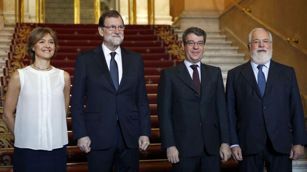 Foto: El presidente del Gobierno, Mariano Rajoy, posa con la ministra de Medio Ambiente, Isabel García Tejerina; el de Energía, Álvaro Nadal, y el comisario europeo de Acción por el Clima y Energía, Miguel Arias Cañete. (EFE)
