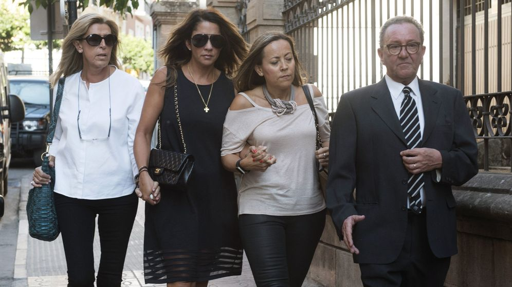 Foto: Gema Gámez, en el centro, arropada por amigos y familiares en el funeral en memoria de Miguel Blesa. (EFE)