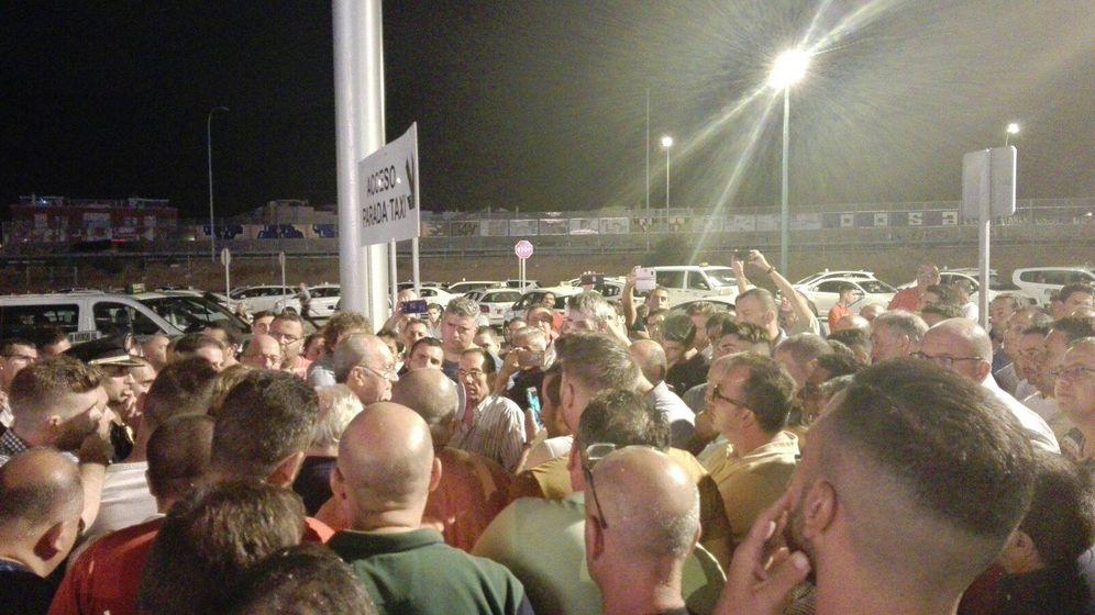Foto: Los taxistas se reúnen con el alcalde de Málaga, Francisco de la Torre. (@pacodelatorrep)