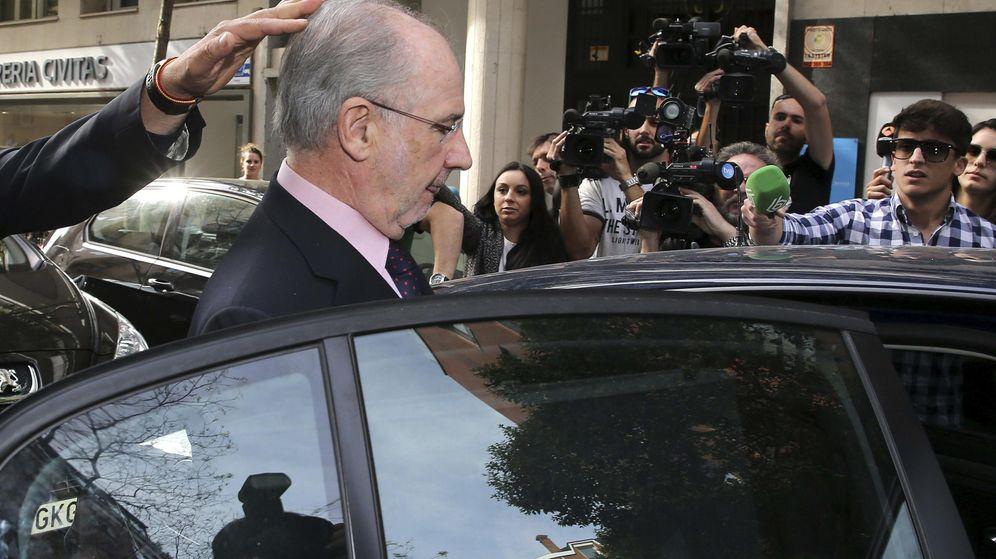 Foto: El exvicepresidente del Gobierno Rodrigo Rato sale de su domicilio detenido (EFE)