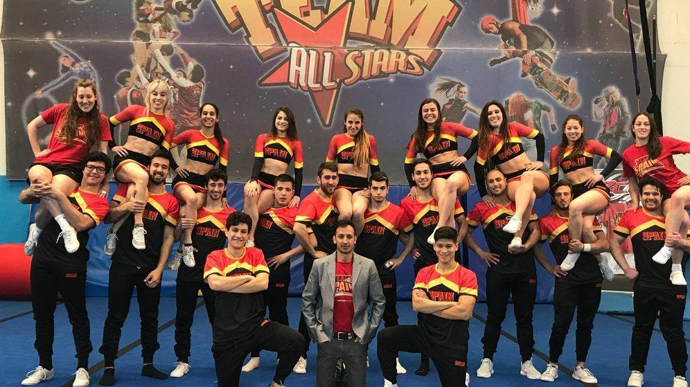 Foto: El equipo español de cheerleading junto a su entrenador (Facebook: España Cheer and Dance)