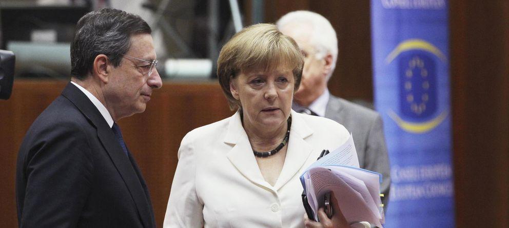 Foto: El presidente del BCE, Mario Draghi, junto a la canciller alemana, Angel Merkel