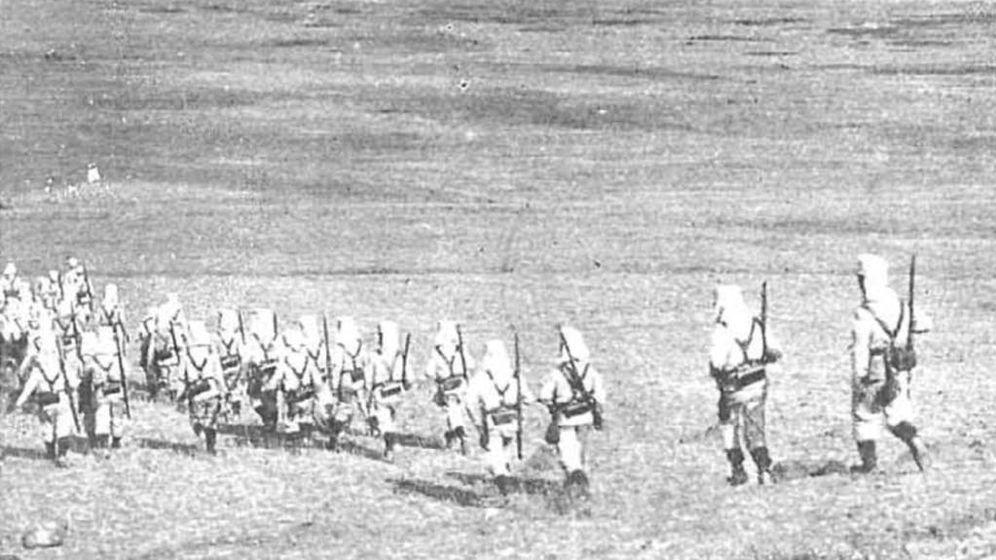 Foto: Tropas españolas de camino al Barranco del Lobo. (Wikipedia)