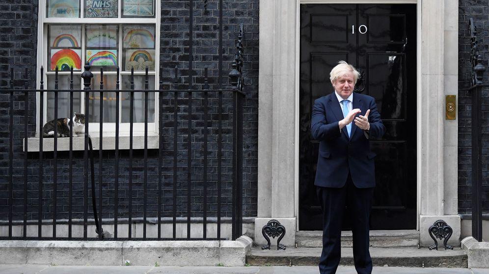 Foto: Boris Johnson aplaude a los sanitarios frente a su residencia en Downing Street. (Reuters)