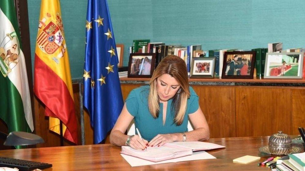 Foto: Susana Díaz firma el decreto que adelanta las elecciones autonómicas al 2 de diciembre. (EP)
