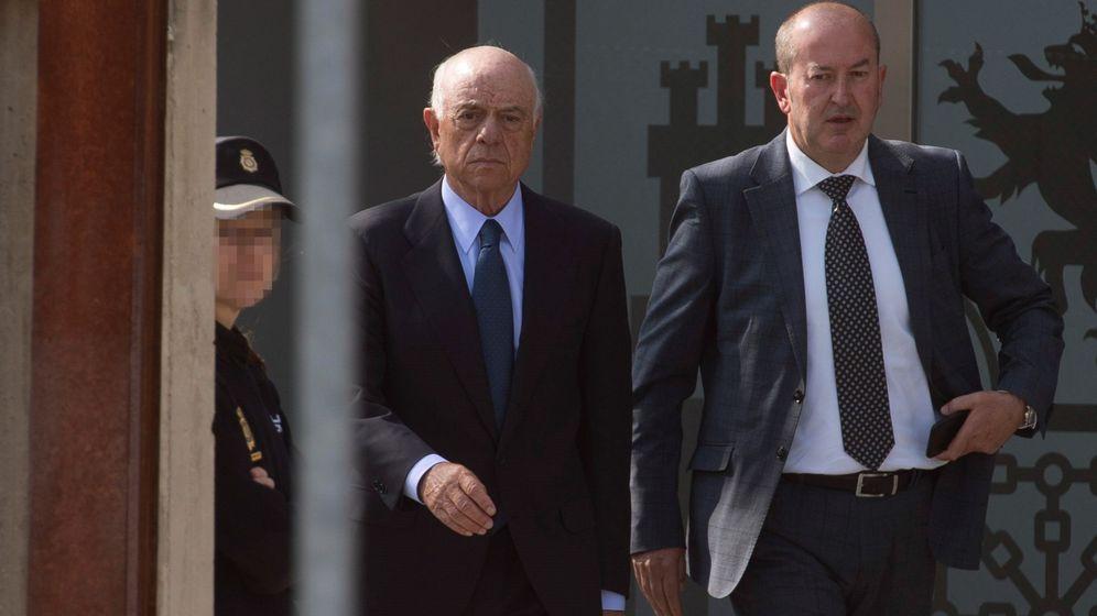 Foto: Francisco González, expresidente de BBVA (centro), tras declarar en el juicio de Bankia el pasado mes de abril. (EFE)