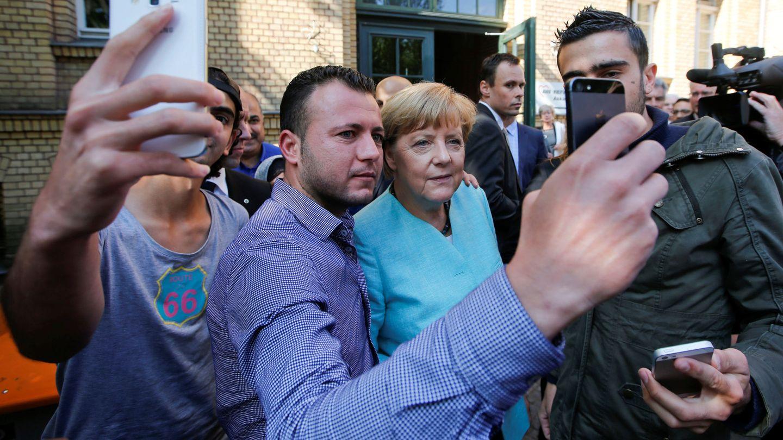 Un refugiado sirio se hace una 'selfie' con Angela Merkel. (Reuters)