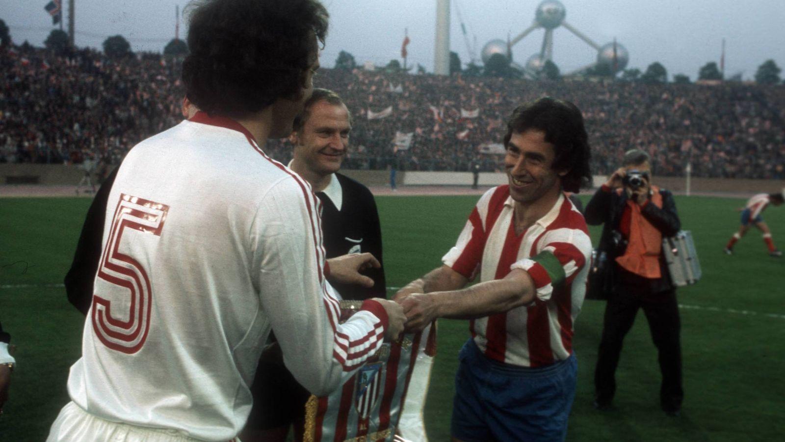 Foto: Adelardo saluda a Beckenbauer en la final de 1974 (Imago).