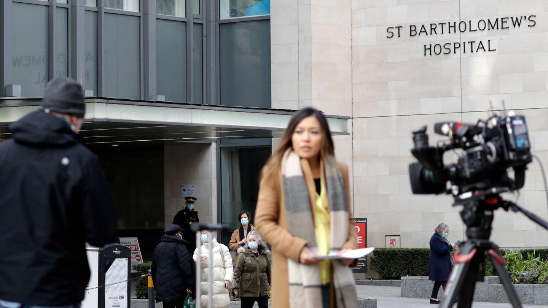Medios de comunicación frente al hospital donde está ingresado el duque de Edimburgo. (Getty)