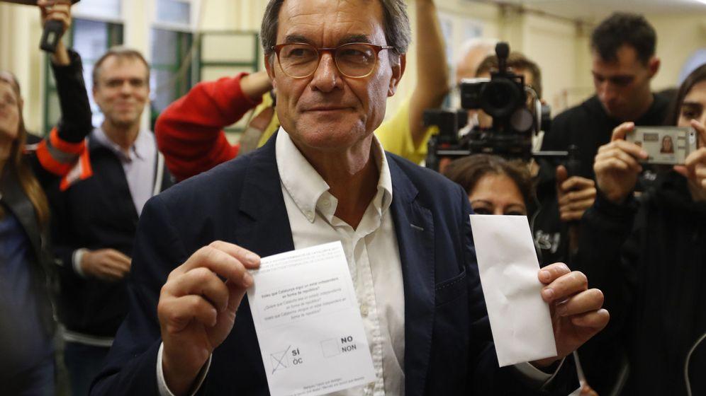 Foto: El expresidente de la Generalitat Artur Mas vota en el referéndum sobre la independencia de Cataluña. (EFE)