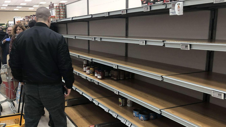 Estantes vacíos en el supermercado Esselunga, Milán. (Reuters)