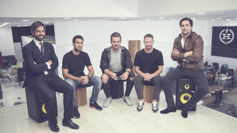 De izquierda a derecha: Borja Oria, socio de Arcano (inverso); Pablo Sánchez, David Moreno y Paco Pérez, cofundadores de Hawkers, y Hugo Arévalo (inversor).