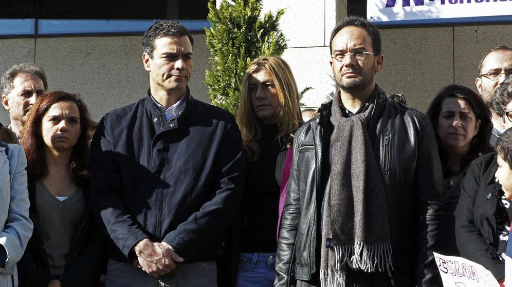 Foto: Pedro Sánchez y Antonio Hernando, durante el minuto de silencio que se guardó en el Ayuntamiento de Getafe el pasado 15 de noviembre. (EFE)