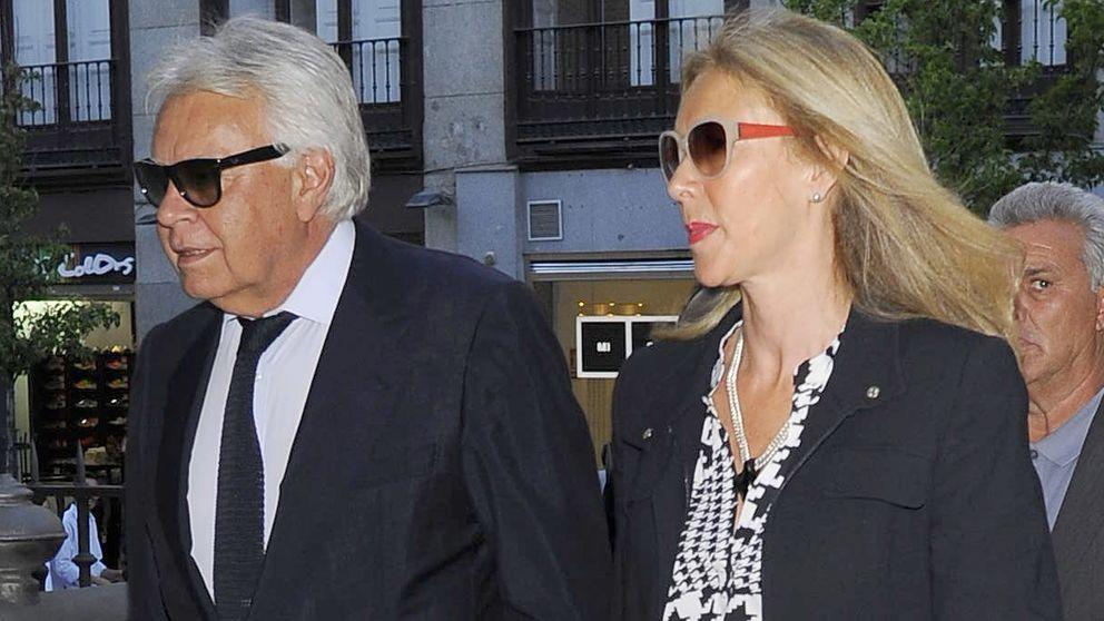 Felipe González arropa a su cuñado  Trapote en el funeral de su hermano