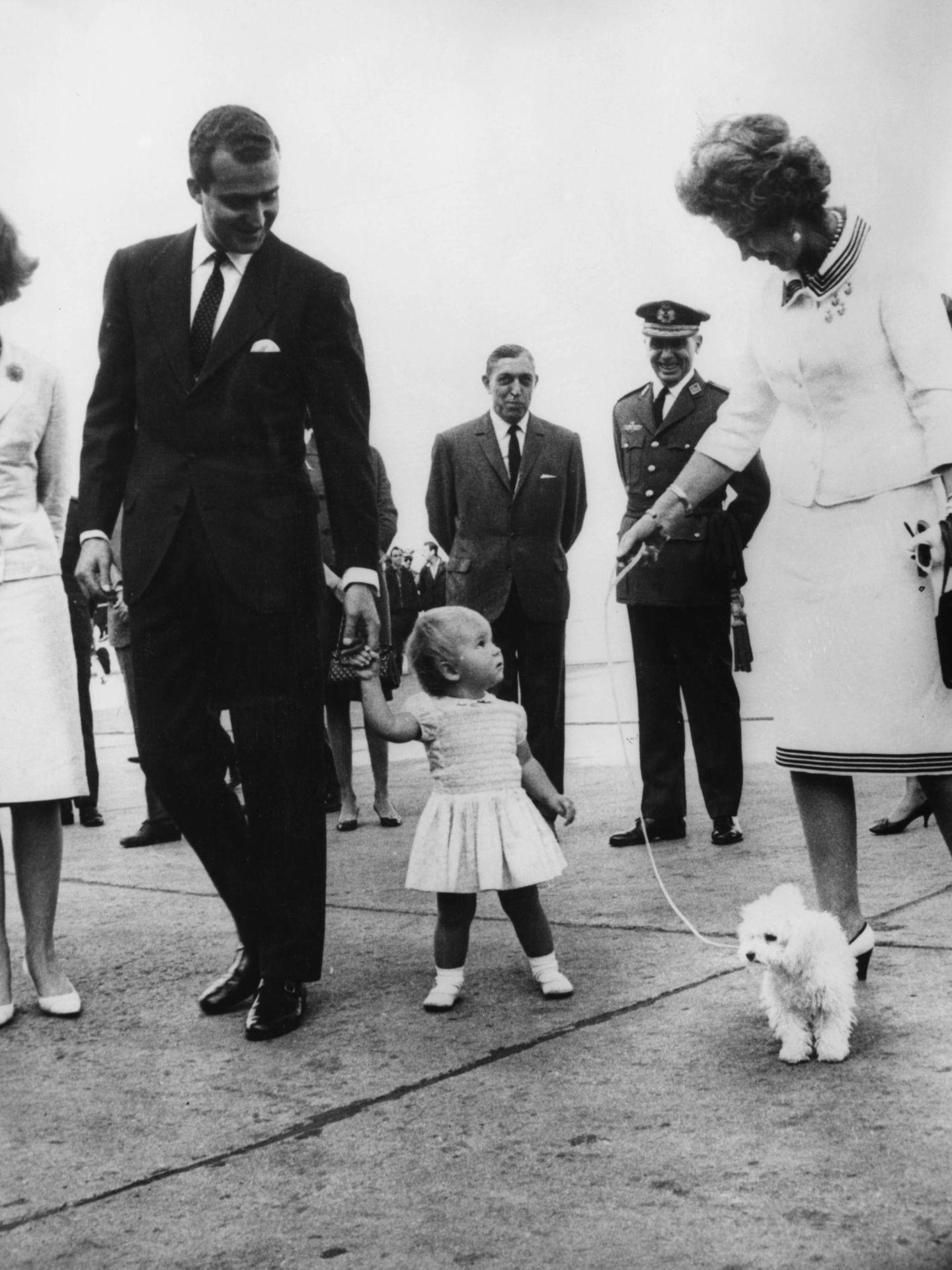Federica de Grecia, junto al rey Juan Carlos y la infanta Elena, en 1965 en Madrid. (Getty)