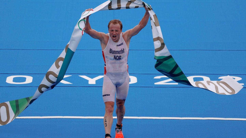 Kristian Blummenfelt de Noruega celebra tras ganar el oro en el triatlón masculino durante los Juegos Olímpicos 2020 este lunes en el parque marino de Odaiba en Tokio (Japón). (EFE/Enric Fontcuberta)