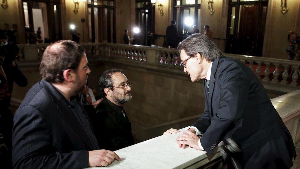 Foto: Artur Mas (d), Oriol Junqueras (i) y Antonio Baños (d) en el Parlament de Catalunya. REUTERS/Albert Gea