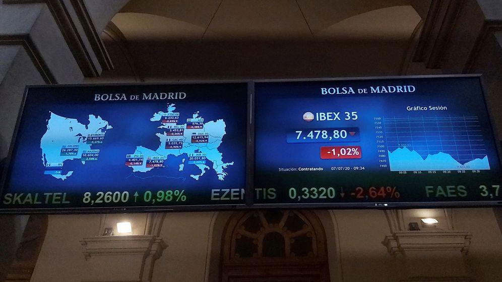 Foto: Pantallas de cotización en el interior de la Bolsa de Madrid. (EFE)