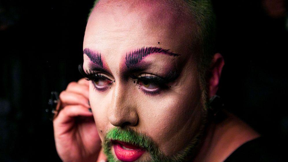Foto: Drag queen maquillándose para un desfile. (Reuters)