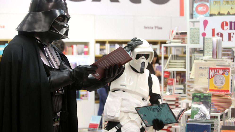 Foto: Personajes de 'Star Wars' promocionan la lectura en la Feria del Libro de Guadalajara (México) en 2015. (EFE)