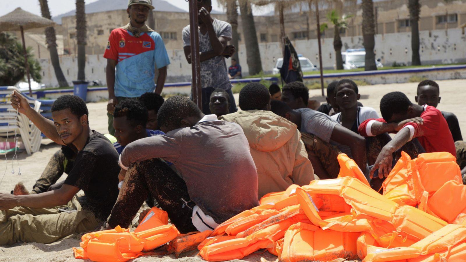 Foto: Inmigrantes de origen subsahariano, a su llegada a la playa de Melilla. (EFE)