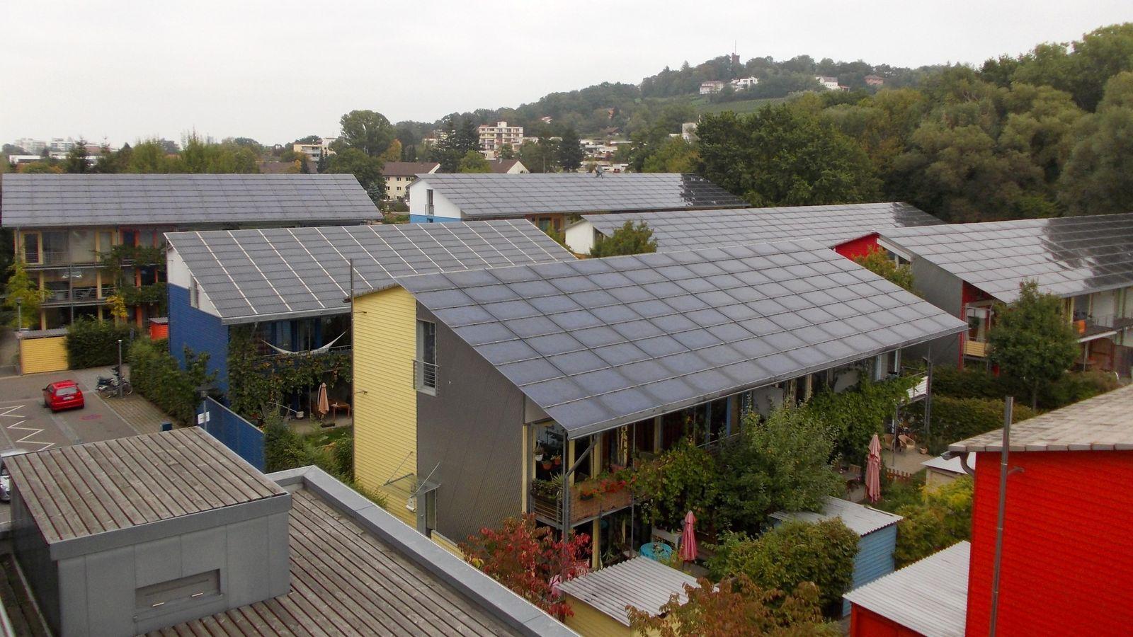 Foto: Viviendas sostenibles alimentadas mediante energía solar en un 'barrio ecológico' en Friburgo, Alemania. (Foto: Arnold Plesse / Wikipedia)