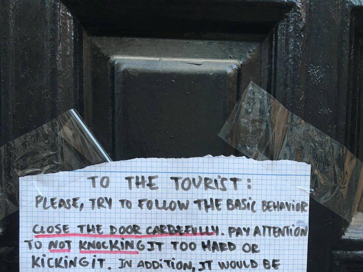 Foto: Cartel colgado por un vecino pidiendo en inglés a los turistas que respeten el descanso. (Asociación de Vecinos Centro Antiguo)
