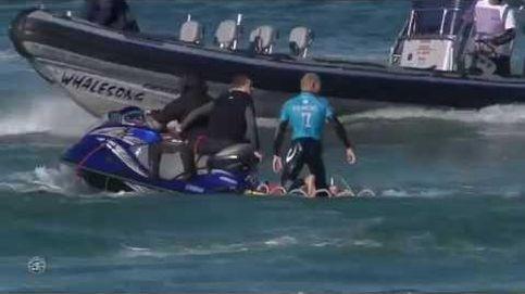 Un tiburón ataca a un surfista en plena competición