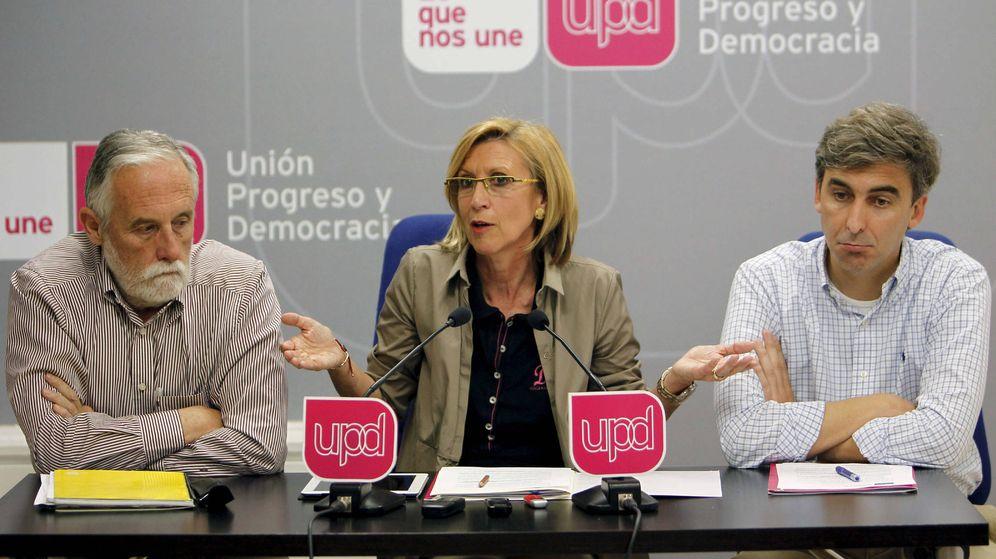 Foto: El portavoz de UPyD en la Asamblea de Madrid, Luis de Velasco, a la izquierda, junto a Rosa Díez y David Ortega. (efe)
