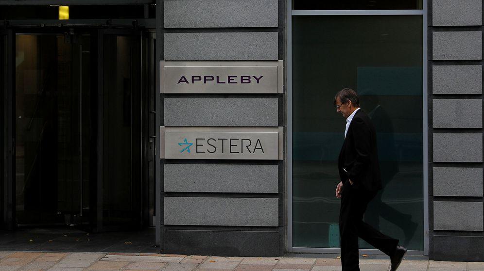 Foto: Un hombre pasa por delante de una oficina del despacho Appleby en Jersey. (Reuters)