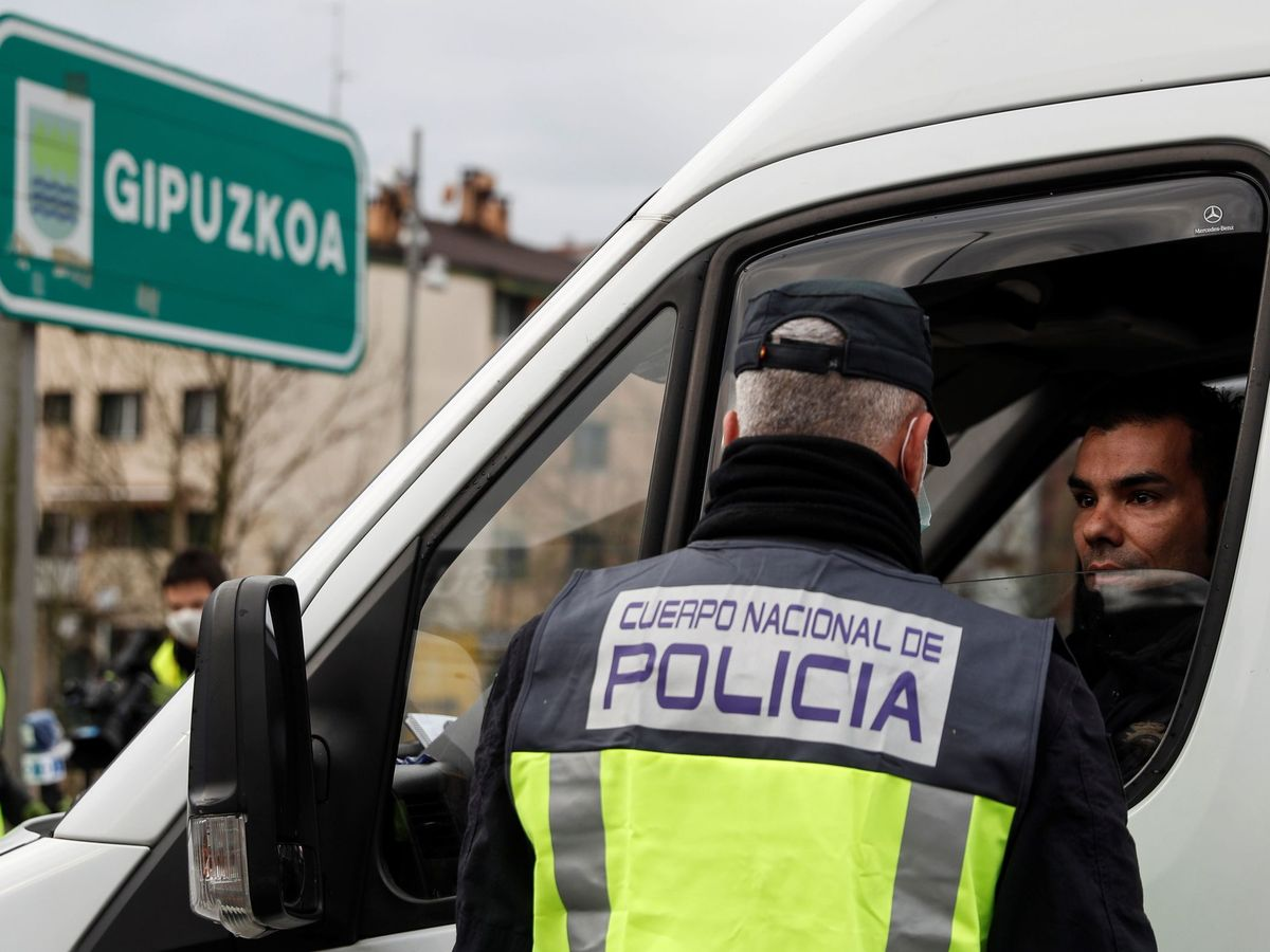 Foto: Control policial en la frontera de Irún. (EFE)