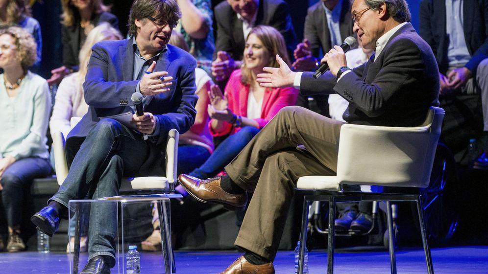 Foto: Carles Puigdemont y Artur Mas, durante la conferencia ideológica de PDeCAT. (EFE)