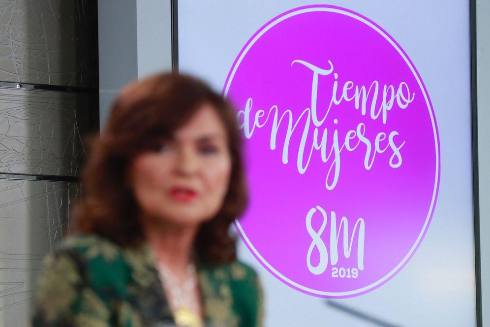 Foto: Carmen Calvo con el logo elegido para el próximo 8 de marzo. (EFE)