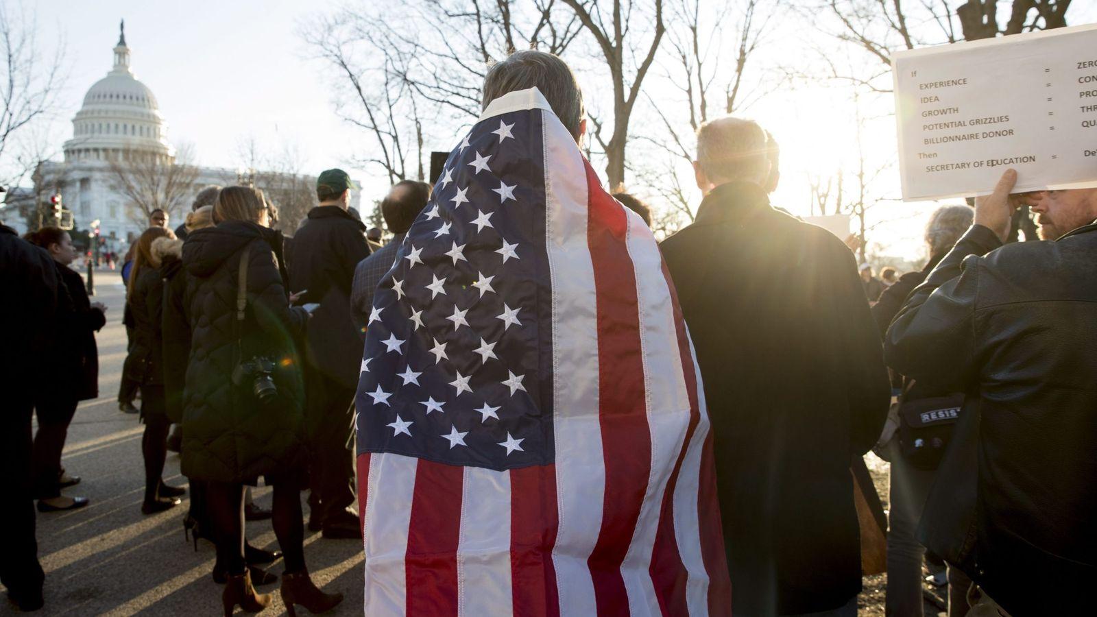 Foto: Protesta contra la nominada por el presidente de EEUU para secretaria de Educación, Betsy DeVos, en frente del Capitolio en Washington. (EFE)