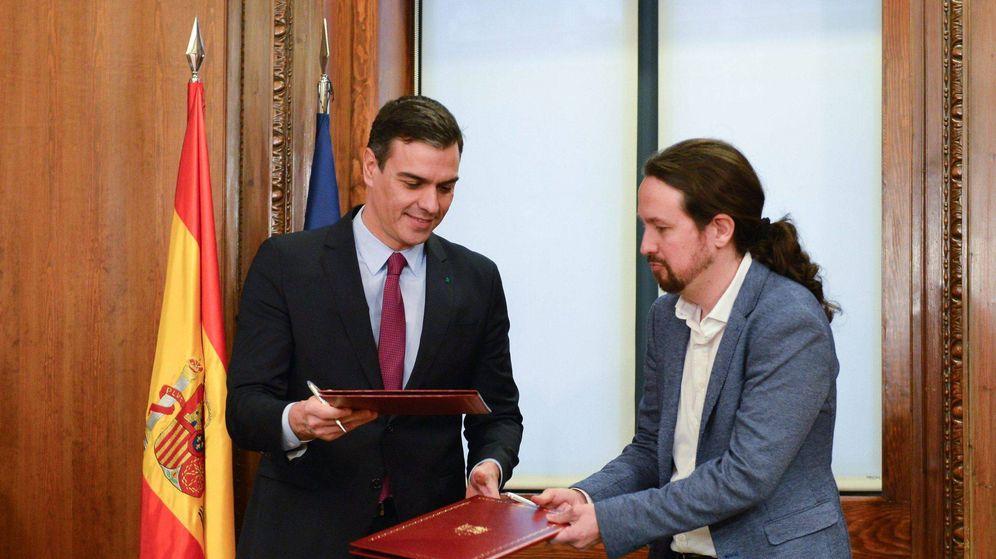 Foto: El líder de Podemos, Pablo Iglesias (d), y el candidato a la investidura, Pedro Sánchez (i). (Cordon Press)